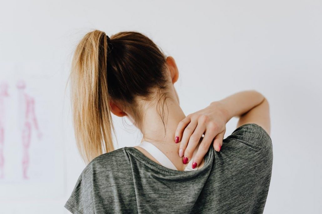 woman experiencing shoulder pain