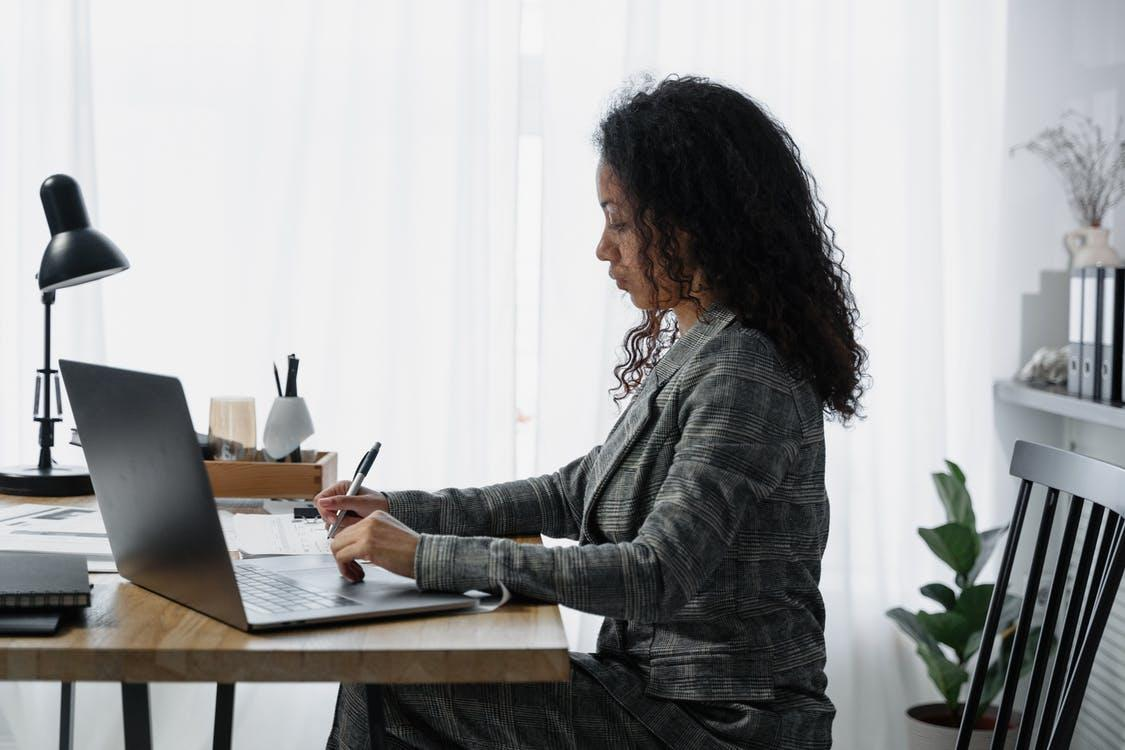 A woman using payroll software to generate employee payments.