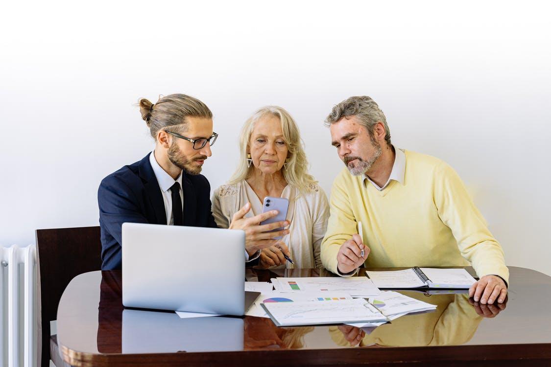 A credit repair consultant discussing how to repair bad credit to get reasonable insurance rates